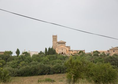 Ariany - Die Kirche Nuestra Señora d'Atocha von Weitem mit hübschem Stromkabel Mallorca