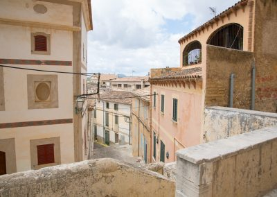 Mallorca Arta - Blick von der Kirche Transfiguració del Senyor in eine Gasse der Stadt
