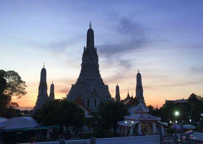 Bangkok - Wat Arun - Komplettansicht abends vom Chao Phraya