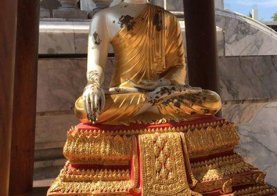 Bangkok - Wat Intharawihan - Statue im Innenhof
