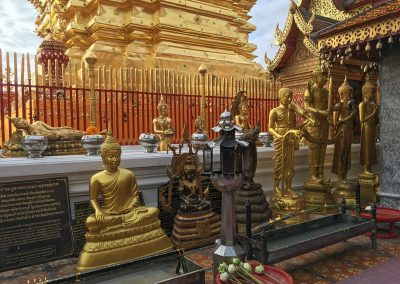 Wat Phra That Doi Suthep - Buddha-Statuen vor der goldenen Chedi