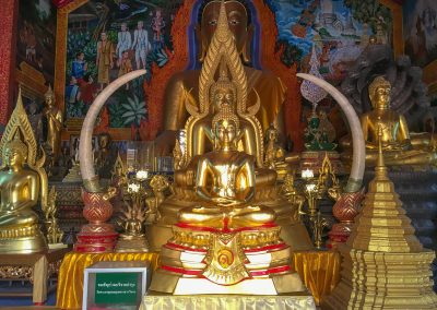 Chiang Mai - Wat Phra That Doi Suthep - Buddha-Statuen im Viharn