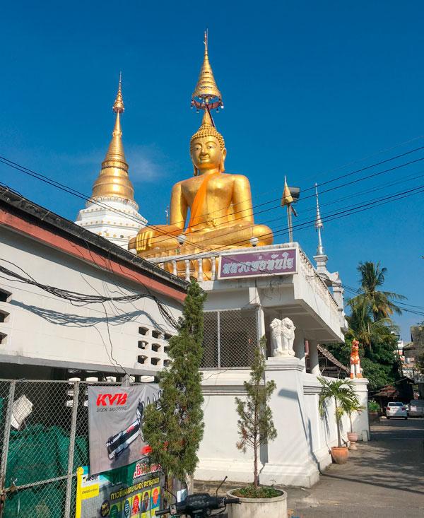 Chiang Mai - Wat Chiang Yuen - Buddha-Statue und Chedi