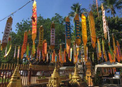 Chiang Mai - Wat Lok Molee - Gebetsfahnen vor der Chedi