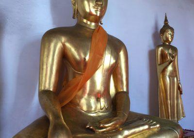 Bangkok – Wat Mahathat – Buddha-Statuen neben der Gebetshalle