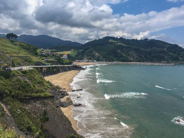 Camino del Norte - Zumaia nach Deba - Der Blick auf Deba von der Straße kommend