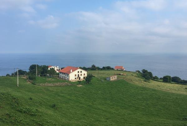 Camino del Norte - San Sebastian nach Zarautz - an grünen Hügeln und Bauernhöfen vorbei