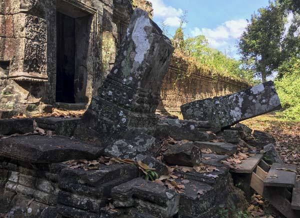Siem Reap - Angkor - Preah Khan - Zerfallene Säulen am Eingang