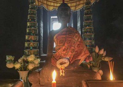 Bayon Tempel - Buddha-Statue mit Blumen