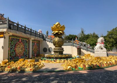 Kanchanaburi - Wihan Phra Phothisat Kuan Im Tempelgelände