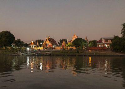 Ayutthaya - Abends am Zusammenfluss von Lop Buri und Pa Sak mit Blick auf den Wat Mondop