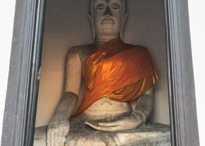Ayutthaya Wat Phutthai Sawan - Große Buddhafigur im Prang