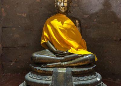 Ayutthaya - Wat Yai Chai Mongkol - Buddha-Statue in der Krypta des Chedi
