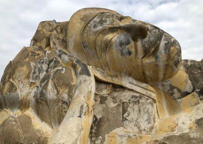 Ayutthaya Wat Lokayasutharam - The Reclining Buddha - Kopf mit Lotusblüten