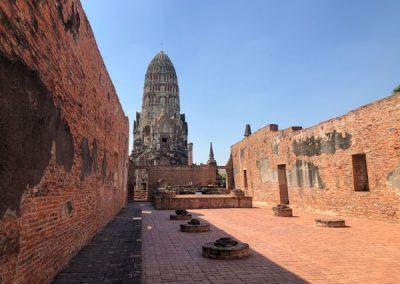Ayutthaya Wat Ratchaburana - Phra Wihan mit zentralem Prang im Hintergrund