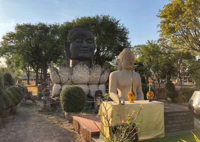 Ayutthaya Wat Thammikarat - Buddhastatuen in der Anlage