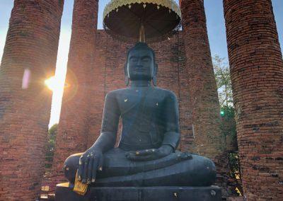 Ayutthaya Wat Thammikarat - schwarze Buddhastatue im Viharn