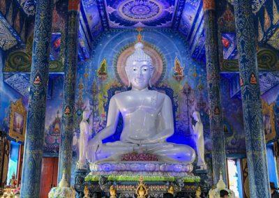 Chiang Rai Blauer Tempel - Ubosot mit Wandmalereien und Buddha-Statue
