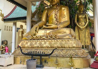 Chiang Rai Wat Phra Kaeo - Buddha-Statue im Außenbereich