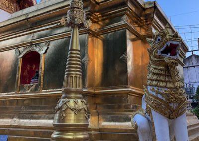 Chiang Rai Wat Phra Sing - Löwenskulptur am Chedi