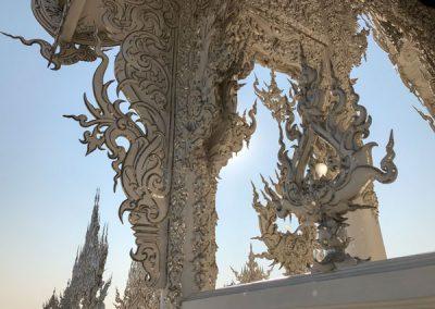 Chiang Rai Wat Rong Khun - Verzierungen am Ubosot