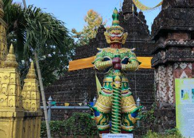 Tham Pla Cave - Wächter vor einem der Tempel