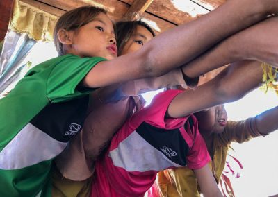 Laotische Kinder verkaufen Armbänder
