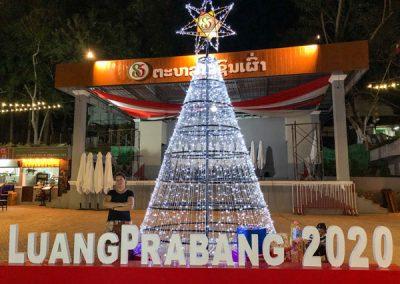 Weihnachtsbaum auf dem Platz zu Beginn des Nachtmarkts