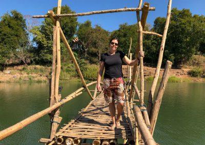 Auf der Bambusbrücke in Luang Prabang