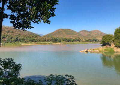 Blick von oberhalb der Bambusbrücke auf den Mekong
