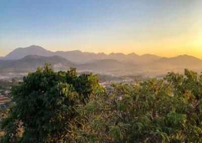 Blick auf die Umgebung bei Sonnenuntergang auf dem Phousi Hill in Luang Prabang