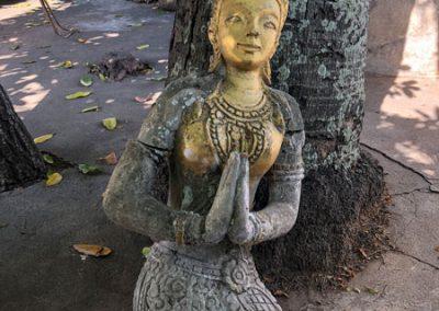 Vat Sensoukharam Luang Prabang: Betende Skulptur im Klosterhof