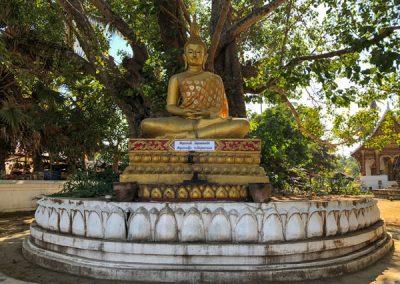 Buddha-Statue auf dem Tempelgelände Wat Aham in Luang Prabang