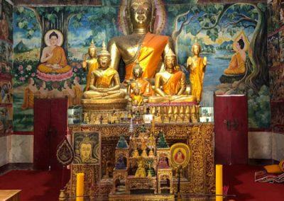 Buddha-Statue in der Gebetshalle Wat Aham in Luang Prabang