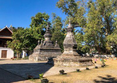 Stupas auf dem Tempelgelände Wat Aham in Luang Prabang