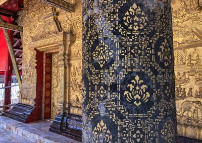 Wat May Souvannapoumaram Luang Prabang - Verzierte Säulen im Eingangsbereich