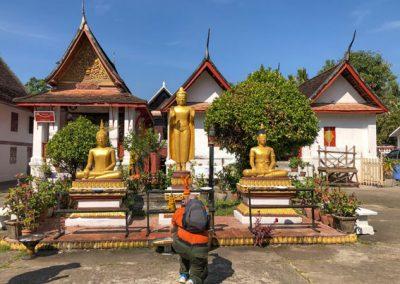 Wat May Souvannapoumaram Luang Prabang - Betender Buddhist vor Buddha-Statuen