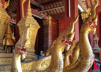 Hölzerne Naga in der Begräbniskapelle des Wat Xieng Thong Luang Prabang