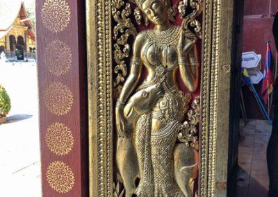 Die verzierte Eingangstür der Begräbniskapelle des Wat Xieng Thong Luang Prabang