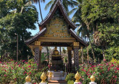 Pavillon mit sitzender Buddha-Statue im Wat Xieng Thong Luang Prabang