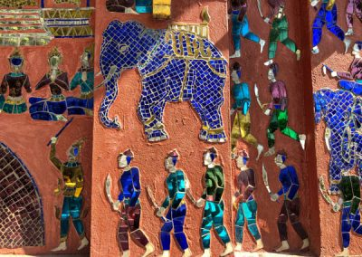 Mosaik an der roten Kapelle auf dem Gelände des Wat Xieng Thong Luang Prabang