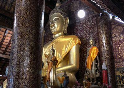 Große Buddha-Statue in der Gebetshalle des Wat Xieng Thong Luang Prabang