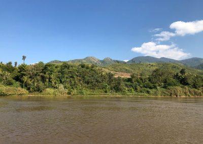 Grüne Hügel entlang des Mekong